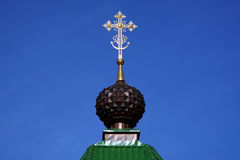 La cupola con l'incrocio di Christian Gate Church ortodosso russo in Ganina Yama fotografia stock