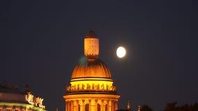 La cupola della cattedrale del ` s della st Isaac nei precedenti della luna stock footage