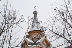 La cupola della chiesa di legno un giorno di inverno immagine stock libera da diritti