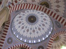 La cupola della moschea dentro Queste volte dipinte appartengono alla moschea del cuore della Cecenia in Groznyj Fotografia Stock Libera da Diritti