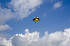 La cupola di colore del paracadute è alta nel cielo fra i clo immagine stock libera da diritti