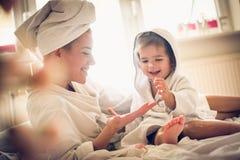 La cura del corpo è molto importante per le ragazze Madre e figlia immagine stock
