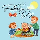 La cura della figlia e del figlio disattiva il genitore, papà che si siede in sedia a rotelle, il fondo felice del giorno di padr Immagini Stock Libere da Diritti
