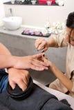 La cura delle unghie dell'uomo ed il manicure nella bellezza concentrano Fotografia Stock