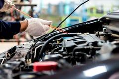 La cura di automobile regolare fa l'uso dell'automobile  immagine stock