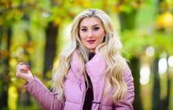 La cura di capelli di autunno è importante in modo da evitare i capelli crespi asciutti Concetto biondo freddo Come riparare cape fotografia stock