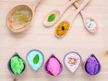 La cura di pelle e casalingo alternativi sfrega la lavanda sfrega, paglia Fotografie Stock Libere da Diritti