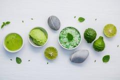 La cura e l'ente di pelle casalinghi sfrega con l'ingrediente naturale verde Fotografia Stock