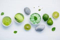 La cura e l'ente di pelle casalinghi sfrega con l'ingrediente naturale verde Fotografia Stock Libera da Diritti
