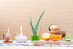La cura e l'ente di pelle casalinghi sfregano con il avoca naturale degli ingredienti Immagini Stock