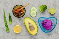 La cura e l'ente di pelle casalinghi sfregano con il avoca naturale degli ingredienti Immagine Stock