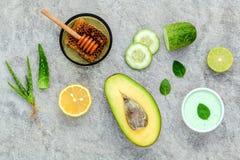 La cura e l'ente di pelle casalinghi sfregano con il avoca naturale degli ingredienti Immagini Stock Libere da Diritti