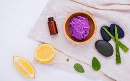 La cura e l'ente di pelle casalinghi sfregano con il limone naturale degli ingredienti Immagine Stock