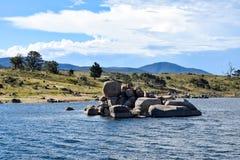 La 'curiosidad oscila' y lago Jindabyne en Australia Foto de archivo