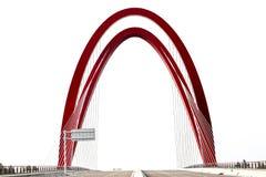 La curva agraciada del puente cable-permanecido rojo Fotos de archivo libres de regalías