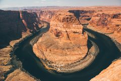 La curva de herradura es un meandro famoso en el río Colorado fotos de archivo