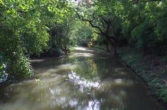 La curva del canal en el puente entre el parque y la reina Sirikit del fai de la putrefacción parquea imagen de archivo