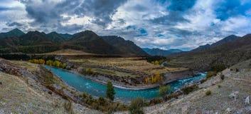 La curva del río fotografía de archivo