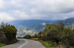 La curva della forcella su due laned la strada alta in montagne che shouded in nebbia e foschia Immagini Stock Libere da Diritti
