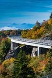 La curva di Linn Cove Viaduct nella caduta immagini stock