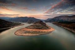 La curva legendaria del lago de la presa de Kardjali Fotografía de archivo libre de regalías