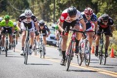 La curva no frena el ciclismo en ruta Foto de archivo