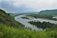 La curvatura del fiume fra le montagne Fotografie Stock