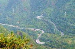 La curvatura della strada della montagna di bobina Fotografia Stock