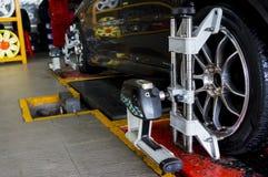 La curvatura di allineamento di ruote controlla l'officina Fotografia Stock Libera da Diritti