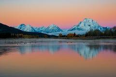 La curvatura iconica di Oxbow su Autumn Morning con i cieli variopinti e la neve ha ricoperto le montagne fotografia stock libera da diritti