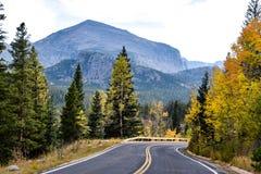 La curvatura nella strada in Rocky Mountain National Park fotografie stock libere da diritti