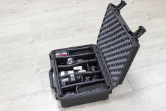 La custodia in plastica del protettore con l'interno delle attrezzature della foto è sul pavimento Fotografia Stock