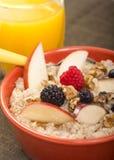 La cuvette d'acier a coupé l'avoine servie avec le fruit frais et le miel Image stock