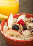 La cuvette d'acier a coupé l'avoine servie avec le fruit frais et le miel Photo stock