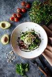 La cuvette de Bouddha avec de la salade d'épinards, quinoa, a rôti des pois chiches, poulet grillé, avocat, tomates, concombres,  photos stock