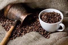 la cuvette de café de cezve d'haricots a rôti Photographie stock