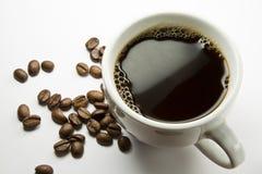 La cuvette de café et d'haricots Photographie stock libre de droits