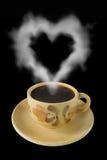 La cuvette de café et la vapeur aiment un coeur Photographie stock