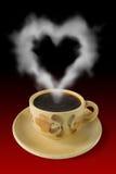 La cuvette de café et la vapeur aiment un coeur Photos stock