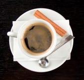 La cuvette de coffe sur le bois noir a donné à la table une consistance rugueuse images stock