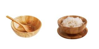 La cuvette en bois est remplie du riz images libres de droits