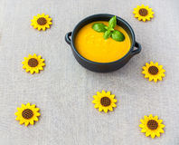 La cuvette en céramique de Brown a rempli de soupe à courge de Butternut Image libre de droits