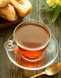 la cuvette fleurit le vieux thé en bois Photos libres de droits