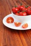 La cuvette a rempli de tomates-cerises sur le fond en bois Images stock