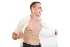 La déchirure d'homme ouvrent sa chemise montrant le coffre et le torse nu Image libre de droits