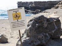 La déchirure de courrier de signe se courbe à la plage Images libres de droits