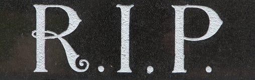 La DÉCHIRURE de lettre sur une tombe Photographie stock