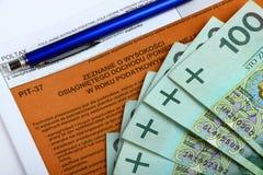 La déclaration d'impôt avec de l'argent et le crayon lecteur Photos libres de droits