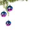 La décoration avec le pin ou le sapin et le pourpre bleu ornemente des boules Image libre de droits