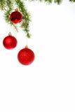 La décoration avec le pin ou le sapin et le rouge ornemente des boules Image libre de droits